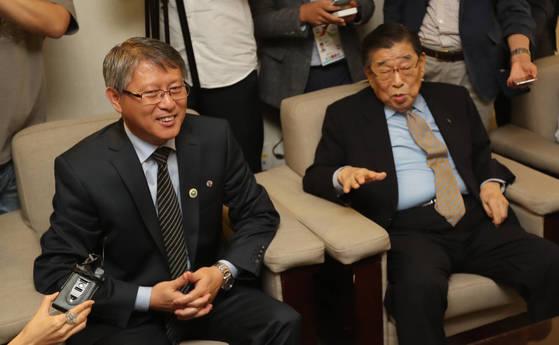 27일 오후 양재동 더 케이 호텔에서 열린 세계태권도평화통일지원재단 만찬에서 WTF 창설 총재인 김운용 전 국제올림픽위원회 부위원장(오른쪽)과 리용선 ITF 총재가 대화하고 있다. [연합뉴스]