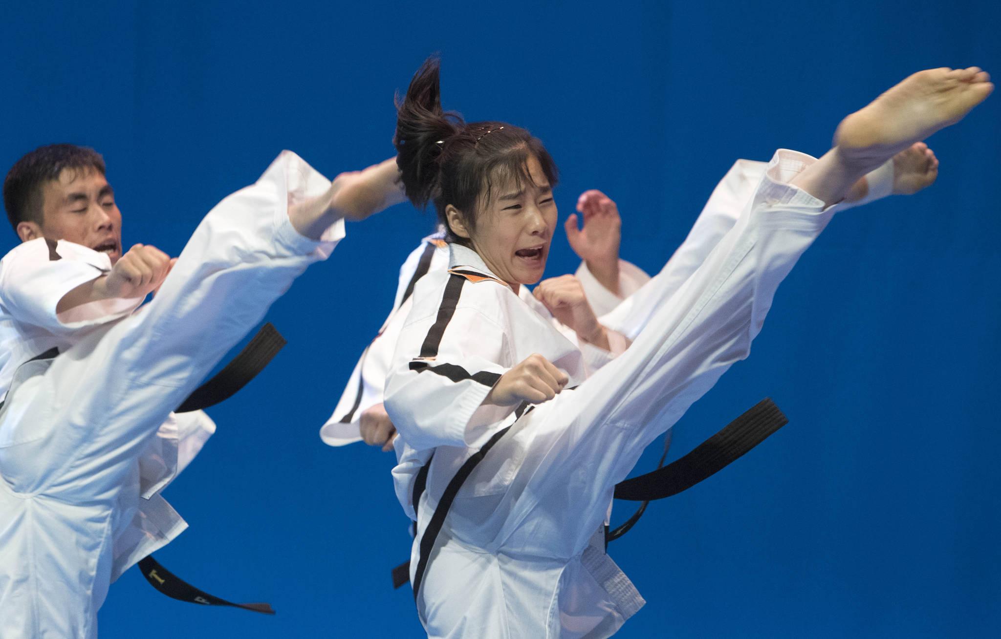 북한 국제태권도연맹(ITF)과 세계태권도연맹(WTF)의 합동시범 공연이 전북도청에서 열렸다. 북측 시범단이 화려한 시범공연을 펼치고 있다. 프리랜서 오종찬
