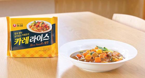농심은 푸짐한 카레 요리를 위해 농심 카레라이스 쌀면 제품 1봉지당 카레 분말 수프(36.4g)를 기존 비빔타입의 제품(18g) 대비 두 배 이상 넣었다. 분말 수프가 두개 들어있다. [사진 농심]