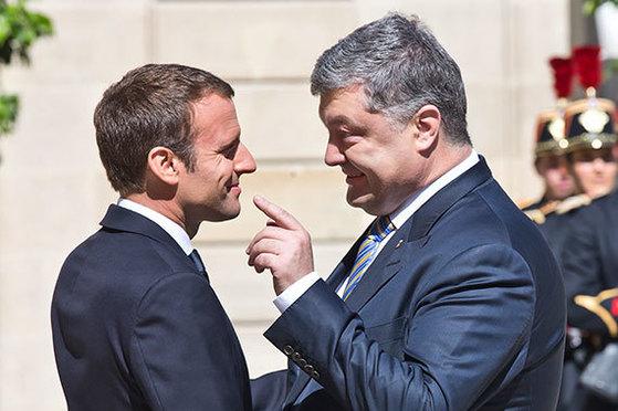 26일(현지시간) 에마뉘엘 마크롱 프랑스 대통령(왼쪽)이 프랑스 파리 엘리제 궁에서 페트로 포로센코 우크라이나 대통령과 만나 환담하고 있다. 두 정상은 우크라이나 위기 해법을 논의할 예정이다. [AP=연합뉴스]