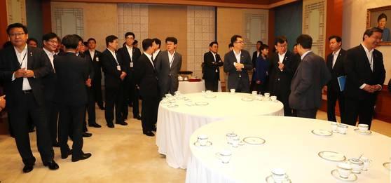 국무회의에 참석한 국무위원들이 27일 청와대 세종실 앞에 모여 있다. 청와대사진기자단
