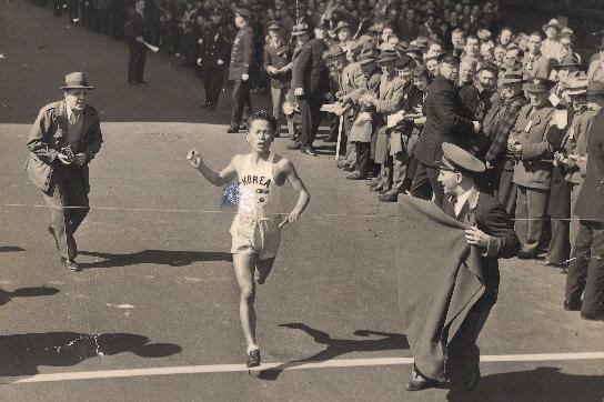 고 서윤복 선생의 1947년 보스턴마라톤 우승 당시 모습. [사진 대한체육회]