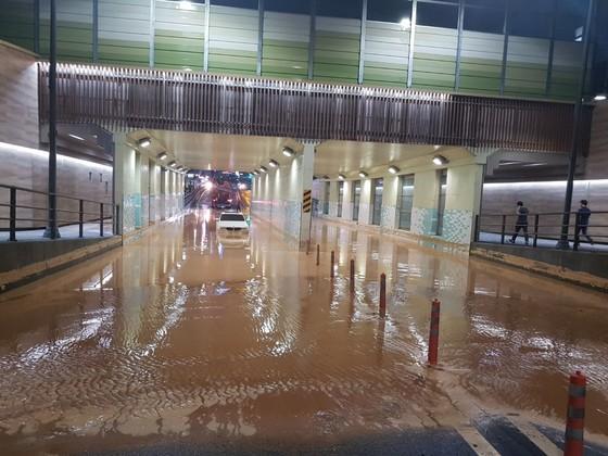 26일 내린 비의 영향으로 침수된 수원 광교신도시 지하차도. [사진 독자]