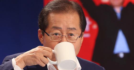 27일 오후 서울 마포구 상암동 MBC에서 열린 자유한국당 당 대표 후보자 100분 토론에 참석한 홍준표 후보가 물을 마시고 있다. [연합뉴스]