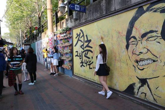 폭 4m, 길이 350m의 김광석 길 콘크리트 벽에 환하게 웃는 김광석의 얼굴이 그려져 있다. [사진 대구 중구]