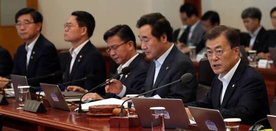 27일 문재인 대통령이 청와대에서 취임 후 첫 국무회의에서 모두 발언하고 있다. 청와대 사진기자단