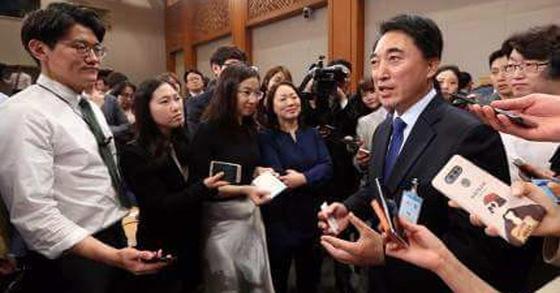 기자들의 질문을 받는 박수현 청와대 대변인 [사진 박수현 페이스북]