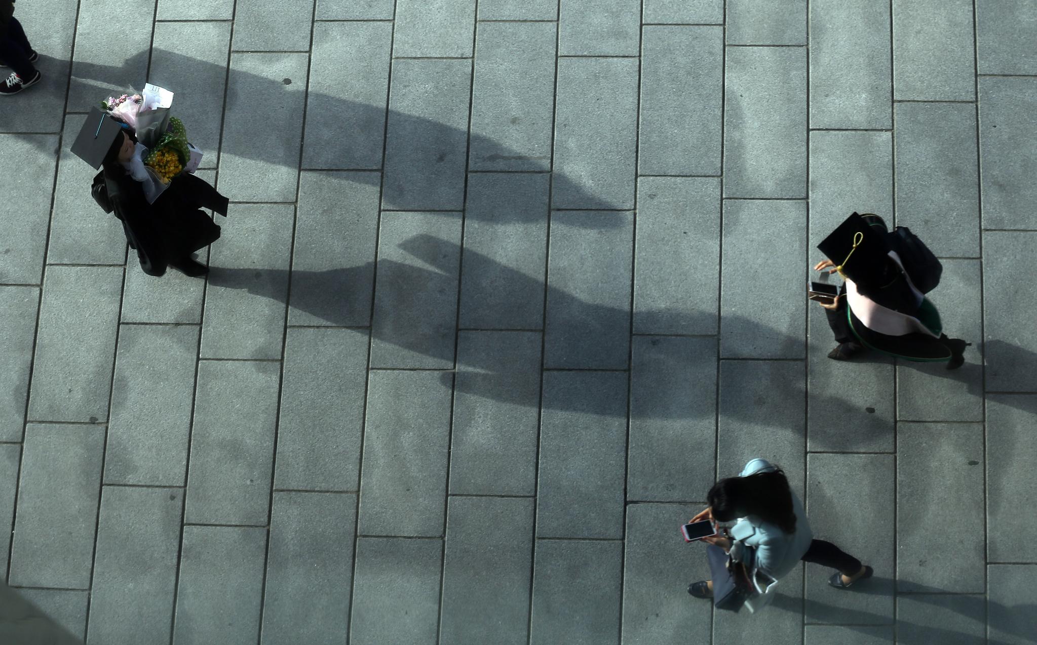 서울의 한 여자대학 졸업식장에서 졸업생이 기념촬영을 하고 있다.
