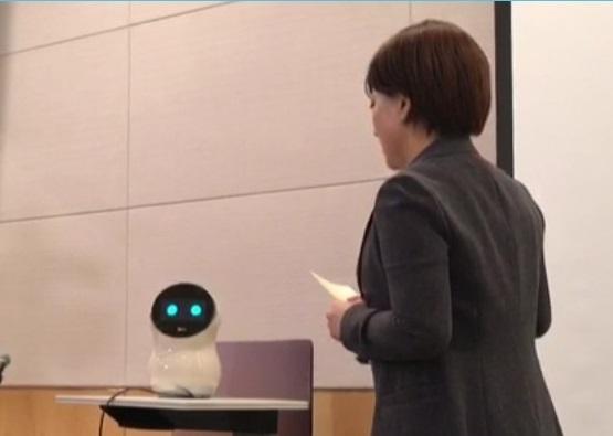 김기영 LG CNS 디지털금융사업팀장이 27일 서울 여의도에서 열린 간담회에서 로봇 엘리에게 금융상품 추천을 부탁하고 있다. 홍희진 인턴기자