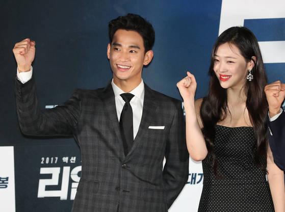 영화 '리얼' 시사회장에 함께 등장한 김수현과 설리. [사진 일간스포츠]
