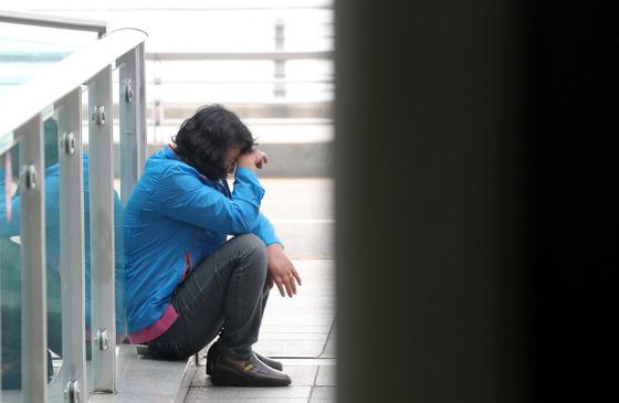 2011년 한국에 입국한 뒤 북송을 요구하고 있는 탈북 여성 김연희씨가 지난 4월 9일 인천공항을 통해 출국하는 북한 여자 아이스하키 선수단을 보려 접근하다 경찰 등에 의해 제제를 받은 후 바닦에 앉아 있다. 김성룡 기자