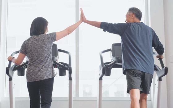 규칙적으로 운동하고 건강식품을 챙겨 먹으며 건강과 신체적 아름다움을 관리하는 중장년층이 늘고 있다.