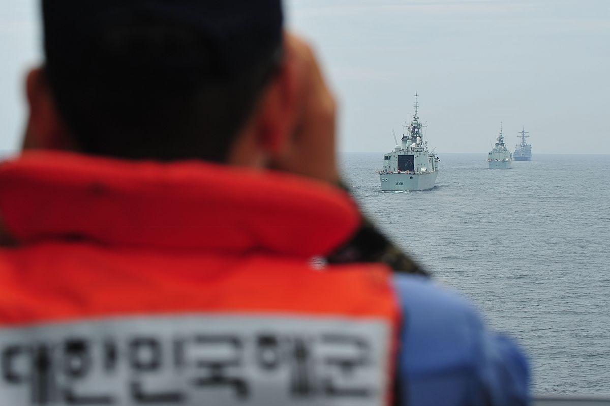 6월 23일 제주인근 해상에서 진행중인 한국·캐나다 해군간 연합 기동훈련에서 양국 해군 함정들이 전술기동을 하고 있다. 먼쪽부터 율곡이이함, 오타와 함, 위니펙함, 사진을 찍은 함정이 강감찬함이다. [사진 해군제공]