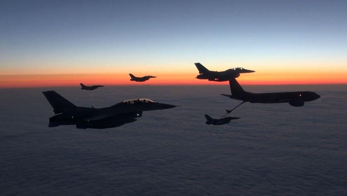 6월 3일(토), 한국 공군 KF-16 전투기 편대가 미 공군 KC-135 공중급유기로부터 급유를 받으며 태평양을 횡단하고 있는 모습 [사진 공군 제공]