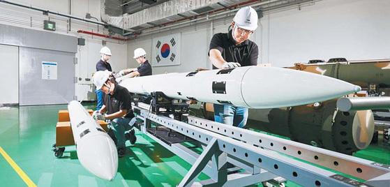 LIG넥스원은 국방과학연구소 등 유관기관과 함께 육·해·공 수호를 위한 첨단 무기체계를 개발양산해왔다. 사진은 중거리 지대공 유도무기 '천궁' 생산 현장. [사진 LIG넥스원]