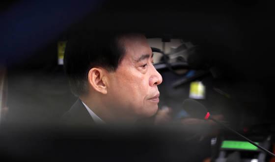 송영무 국방부장관 후보자가 28일 열린 인사청문회에서 질의를 들으며 생각에 잠겨 있다. 박종근 기자