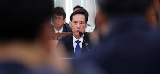 송영무 국방부 장관 후보자가 28일 국회에서 열린 인사청문회에서 의원 질의에 답변하고 있다. 박종근 기자