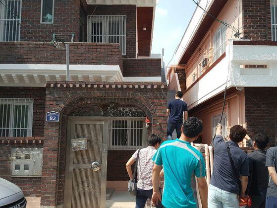 부산북부경찰서가 친모와동거녀를 살해한 범인과 함께 현장검증을 하고 있다.[사진 부산북부경찰서]