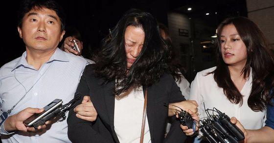 이유미 씨가 27일 오전 서울 남부지검에서 조사 중 긴급체포돼 구치소로 향하고 있다. [연합뉴스]