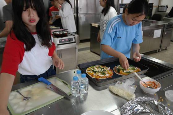 수원시의 혼밥스쿨에 참여한 중학생들이 피자를 만들고 있다. 최모란 기자