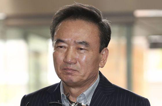 20대 여직원을 강제로 추행한 혐의를 받는 '호식이 두 마리 치킨'의 최호식 전 회장이 경찰 조사를 받기위해 21일 오전 서울 강남경찰서에 출석했다. 임현동 기자