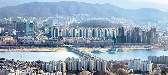 올 상반기엔 강남 4구에서도 재건축을 추진 중인 반포 지역 아파트 집값이 많이 올랐다. 반포대교 건너편으로 반포동 일대 아파트촌이 보인다. [중앙포토]