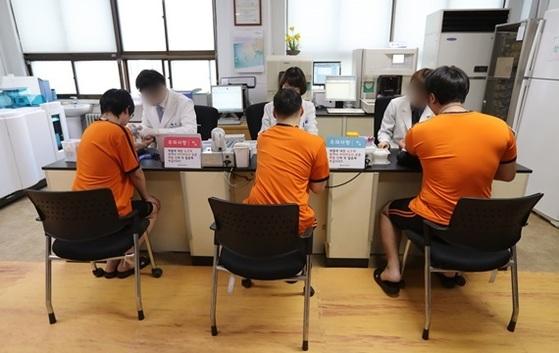 올해 병역판정검사(징병검사)가 이뤄지는 모습. 검사 대상자들이 피검사를 하고 있다. [중앙포토]