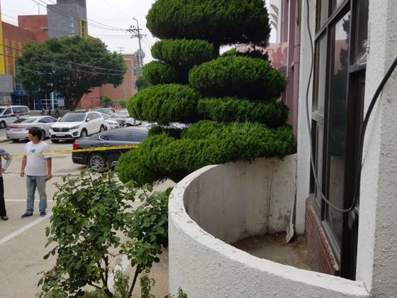20대 여성이 숨진 채 발견된 충북 청주시 흥덕구의 한 교회 건물의 베란다. 경찰은 지난 28일 1.2m 타원형 베란다 안에 숨진 여성이 있다는 신고를 받고 수사를 벌여 용의자를 붙잡았다. 청주=최종권 기자