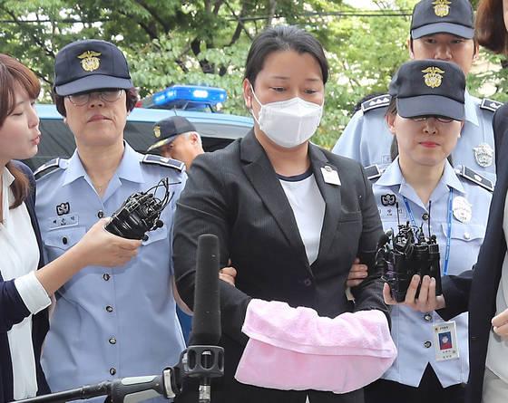 이유미씨가 29일 영장실실심사를 받기 위해 서울남부지법으로 들어서고 있다. [연합뉴스]