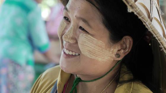 미얀마는 관광객이 몰리는 동남아시아에서도 아직 여행객에게 덜 알려진 나라다. 얼굴에 천연 선크림 타나카를 바른 여인.