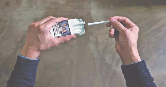 지난해 12월부터 표기가 의무화된 담뱃갑 경고그림은 10종의 그림으로 구성됐다. 폐암과 구강암 등 흡연으로 생기는 부작용을 생생하게 알려주기 위한 목적이다. [중앙포토]