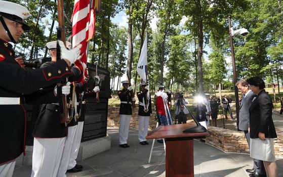 문재인 대통령이 28일 오후(현지시간) 방미 첫 일정으로 버지니아주 콴티코 미 해병대 국립박물관에 있는 '장진호 전투 기념비'를 방문해 묵념하고 있다.