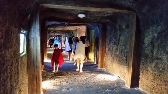 보령 냉풍욕장을 찾은 관광객들이 10~15도의시원한 바람에 담요를 감고 냉풍욕장을 걷고 있다. [사진 보령시]