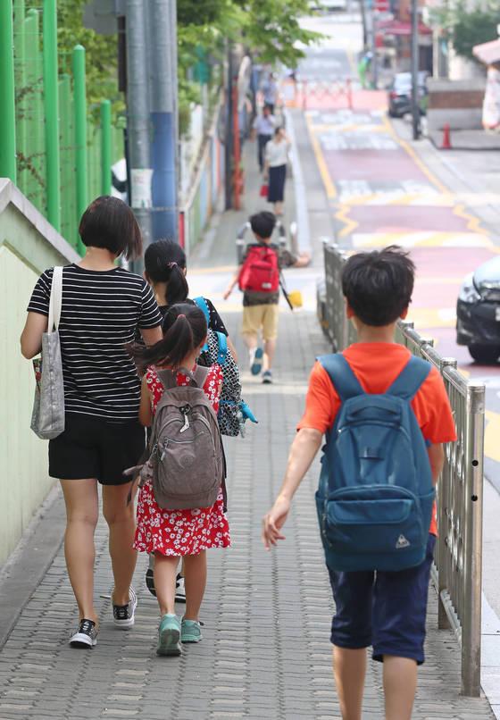학교 급식조리원 등 학교비정규직 연대가 총파업을 예고한 29일 오전 서울 시내의 한 초등학교 학생들이 등교하고 있다. [연합뉴스]