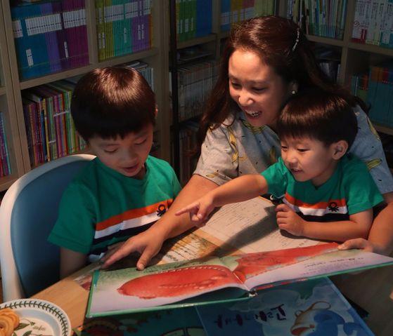매일 밤 잠들기 전 30분 동안 오세은씨는 두 아들과 함께 '잠자리 독서'를 한다. [최정동 기자]