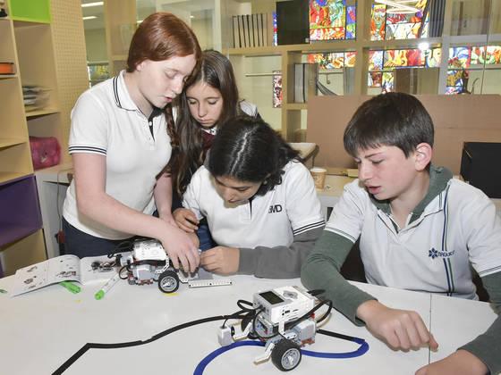 멕시코에서 미래 교육의 모델을 보여주고 있는CHMD 학교. 메이커 스페이스에서 전동 자동차를조립하는 학생들.