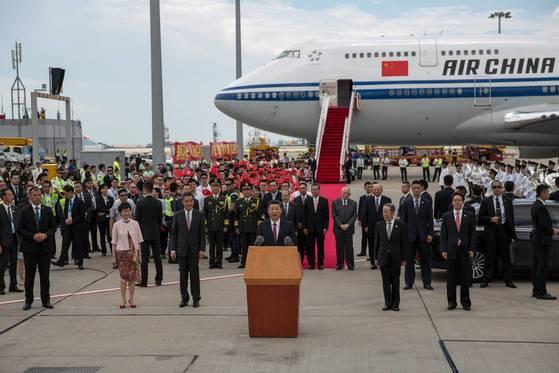 전용기편으로 29일 홍콩에 도착한 시진핑 중국 국가주석이 도착 직후 공항에서 인사말을 하고 있다. [홍콩 EPA=연합뉴스]
