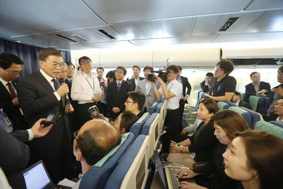 문재인 대통령이 28일 오후(한국시간) 공군1호기 이륙 직후 기내에서 기자간담회를 갖고 방미 기자단의 질문에 답하고 있다. 김성룡 기자