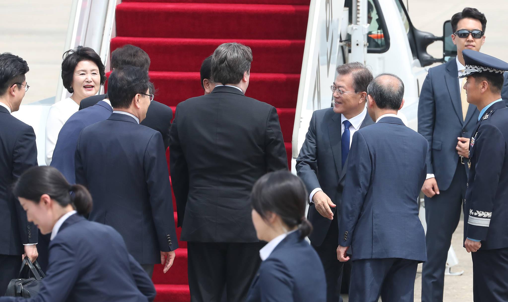 문 대통령과 김 여사가 환송객들과 인사를 나누고 있다.