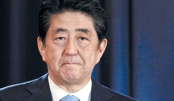 사학 스캔들 등으로 아베 신조 일본 총리의 지지율이 급락하고 있다. 다음달 2일 도쿄도의회 선거는 아베 총리 롱런의 중대 고비가 될 전망이다. [AP=연합뉴스]