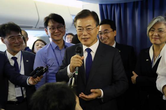 미국을 방문하는 문재인 대통령이 28일 오후(한국시간) 서울공항 이륙 후 기내에서 기자간담회를 하고 있다. 청와대사진기자단