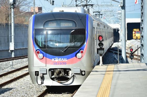 인천시와 경기도 수원시를 오가는 수인선. 수인선 인천~오이도 구간에 급행열차가 신설된다. [중앙포토]