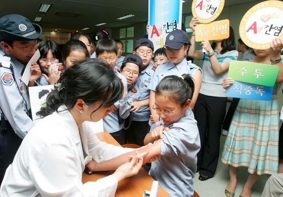 A형간염 예방접종을 받고 있는 초등학생들. 지난해 국내 A형간염 감염자는 전년대비 157% 증가한 것으로 나타났다. [중앙포토]