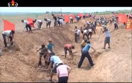"""북한대외선전매체인 리민족끼리""""는 29일 황해남도 청단군 농장에 동원된 수산성을 비롯한 성·중앙기관들이 수로를 파며 가뭄과의 전투를 벌리고 있다고 소개했다. [사진 조선중앙TV캡처]"""