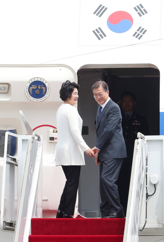 비행기 안으로 들어가기 앞서문 대통령과 김 여사가 환송객들에게인사를 하기위해 뒤돌아 서고 있다. 우상조 기자