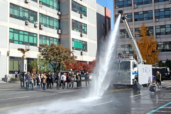 2015년 11월, 서울지방경찰청 기동본부에서 열린 물대포 시연 장면. 이날 시연은 살수차 표적을 세워야한다는 기자들과 경찰 간에 공방이 이어졌지만 결국 표적 없이 시연이 이뤄졌다. 조문규 기자