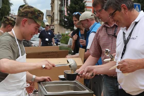 생모리츠 인근 마을 '투지'에서는 군부대가 제공한 점심을 먹었다.