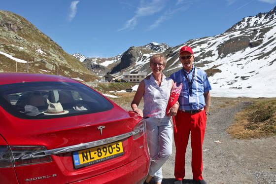 네덜란드 아른헴에서 온 포코 바커·리케 바커 부부. 지금 타고 있는 테슬라 모델S 75D가 세번째 전기차라고 한다. 네덜란드는 평지가 많아 전기차 이용이 편하다고 했다.