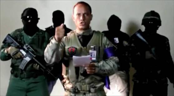 경찰 헬기를 훔쳐 대법원을 공습한 베네수엘라 전 경찰 오스카르 페레스(가운데). [사진 페레스 인스타그램]