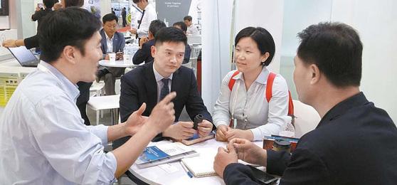 KT는 중소 협력사의 해외 진출을 돕기 위해 스페인 모바일 월드 콩그레스(MWC), 싱가포르 커뮤닉아시아 같은 국제 ICT박람회에 동반전시 기회를 제공한다. 2013년 이후 현재까지 해외전시 참가 지원을 받은 업체는 102개사에 달한다. [사진 KT]